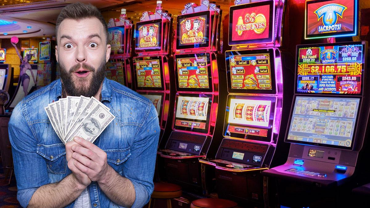 Pria yang Bergairah Memegang Uang Dengan Latar Belakang Slot