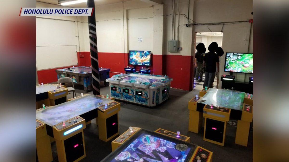 Mesin judi, uang tunai, dan obat-obatan yang disita dari ruang permainan ilegal di McCully - Honolulu, berita Hawaii, olahraga & cuaca